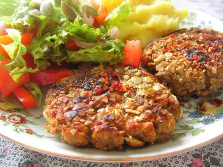 800px-Vegan_patties_with_potatoes_and_salad