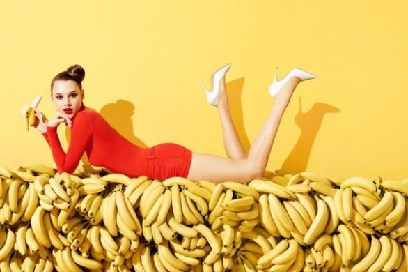 anais-holding-banana-horiz-01-0022